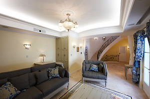 輸入住宅施工事例/お客様をもてなすのにぴったりな広々としたサロン。家具はフランスの工房から直輸入。