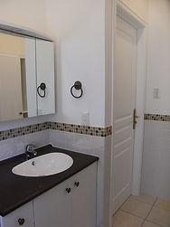 輸入住宅/住宅施工事例/落ち着いた印象のカラータイルで飾った洗面室。