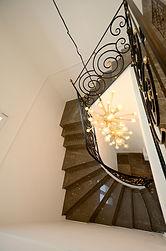 輸入住宅/住宅施工事例/重厚感ある石の階段。輸入した照明をアクセントに。