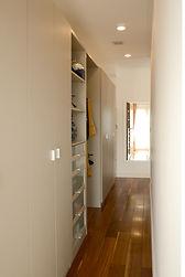 輸入住宅/住宅施工事例/ベッドの背面にあるクローゼット。室内にクローゼットが見えにくくすっきりとした室内に。