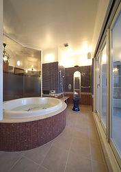 輸入住宅/住宅施工事例/窓の外には庭が一望できるバルコニー。露天風呂のような気分が味わえる贅沢なバスルーム。