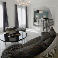 イタリア製のオーダー家具のあるリビング。天井高は約3メートル。2段のステップでダイニングへと続きます。
