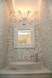 輸入住宅/住宅施工事例/木製フレームのミラーとガラスの照明。壁面にガラスモザイクを貼った可愛い水周り。