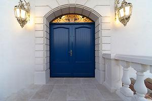 輸入住宅施工例/フランスらしいマリンブルーのドア。上部のアイアン飾りは社内でデザイン制作