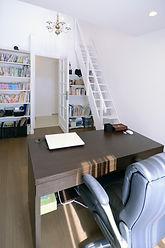 輸入住宅/住宅施工事例/小屋裏収納を設けた書斎。小屋裏へ繋がる省スペースタイプの階段はフランスから直輸入。