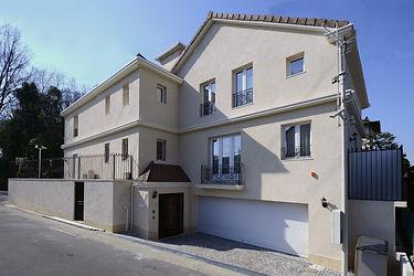 輸入住宅/住宅施工事例/柔らかい色味の漆喰の外壁