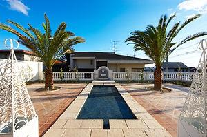 輸入住宅/住宅施工例/ 庭に配した水盤。イタリアのモザイクタイルとスペイン製の石調タイルを採用。