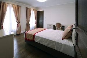 輸入住宅/住宅施工事例/ピンクのファブリックをアクセントにした寝室。