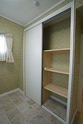 輸入住宅/住宅施工事例/フランス製スライドドアのクローゼット。高さは2m50㎝あります。