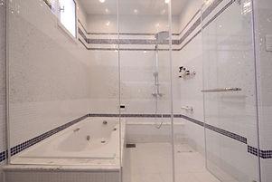 輸入住宅/住宅施工事例/レインシャワーのあるバスルーム。
