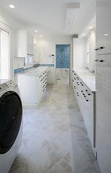 /住宅施工事例/使い勝手のよい収納たっぷりの洗面室とランドリールーム。白とブルーを基調に明るい印象。