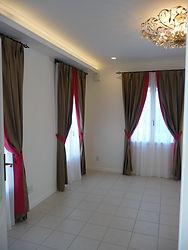 輸入住宅/住宅施工事例/フランスから取り寄せた生地を日本で縫製した、色鮮やかなカーテン。  