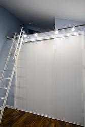 輸入住宅/住宅施工事例/2.5mのクローゼットの上にロフトを作りました。奥には空調の機械室に繋がる扉があります
