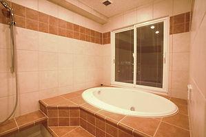 輸入住宅/住宅施工事例/癒しの時間を心ゆくまで満喫するため、フルオーダーで造作したバスルーム。