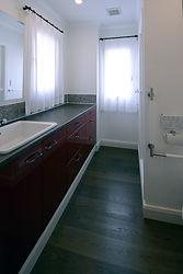 輸入住宅/住宅施工事例/すっきりとした印象のカラーでまとめられたシャワー室の洗面。