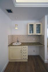 輸入住宅/住宅施工事例/LDKに設置した洗面はフランス直輸入の手洗いボール、化粧台、天板を組み合わせている。
