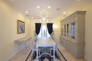 住宅施工事例。ダイニングテーブル・食器棚・コンソールは南フランスの家具メーカーで製作したもの。