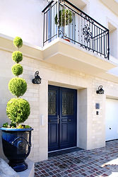 輸入住宅/玄関ドア施工実例/フランス製の両開き玄関ドア。アンデューズの坪と表札もブルーに合わせました。