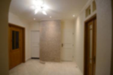 住宅施工例。アールの壁面が特徴のエントランス。  