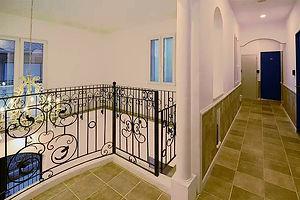 住宅施工事例。ロビーから直接見えない廊下は屋内なので、暑くなく寒くなく、プライバシーも守られます。