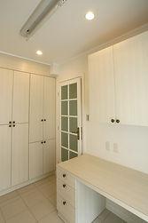 輸入住宅/住宅施工事例/効率がアップする家事室。収納の大きさや作業台など用途に合せてオーダメイドで製作しました。