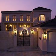 住宅施工例。総石張りの家。