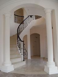輸入住宅/住宅施工事例/優美な螺旋階段。アイアンパーツと木製手摺を組み合わせたデザインの階段。