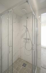 浴室の中でシャワーブースを独立させ