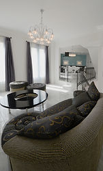 イタリア製のオーダー家具のあるリビング