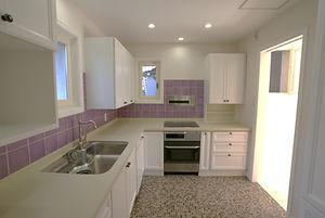 輸入住宅/住宅施工事例/床にもモザイクタイルを施し、壁にはフランスのキッチンタイルを貼っています。