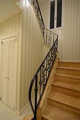 輸入住宅/住宅施工事例/階段下の部分も収納スペースとして有効的に活用。