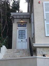 輸入住宅/玄関施工実例/白のフランス製木製玄関ドア。雨の日も安心な庇(ひさし)もフランスから輸入したもの。