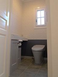 輸入住宅/住宅施工事例/グレーを基調にモザイクタイルをあしらったトイレ。