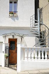 輸入住宅/住宅施工事例/バラスターはイタリア製、マルキーズ(ガラス入り庇)と玄関ドア、螺旋階段はフランス製。