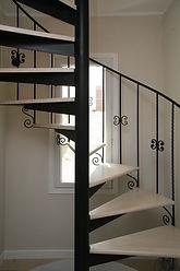 輸入住宅/住宅施工事例/螺旋階段は3階まで一体で製作したオリジナル。飾りのパーツも施した繊細なデザイン