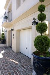 輸入住宅/住宅施工事例/フランス直輸入のガレージドアを設置したビルトインガレージ。
