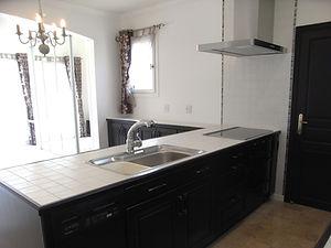 輸入住宅/住宅施工事例/黒の無垢材を使ったフランス製キッチンキャビネットとドアは色を合わせて塗っています。