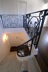 輸入住宅/住宅施工事例/カーブラインが美しい、ロートアイアンの手摺を組みあせた階段。