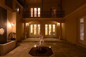 輸入住宅施工例/人目を気にせず、中庭で食事やパーティー。フランスのリゾートホテルにいるような気分で。