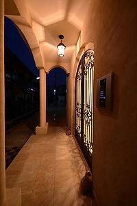 住宅施工事例。エントランス扉はオートロック式。防犯カメラも設置し不審者を常に監視しています。