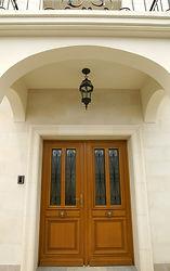 輸入住宅/玄関ドア施工実例/フランスの工房から輸入した木製玄関ドア。ドアは1枚あたり60㎏ある重厚さ。