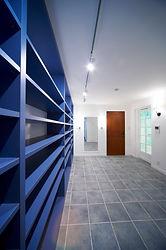 輸入住宅施工例/大容量のシューズクローゼットを設けた地下室のエントランス。