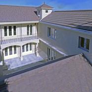 住宅施工例。フランス産粘土瓦をコの字に配した屋根。