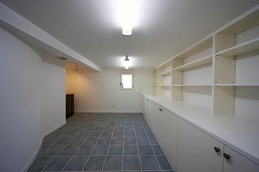 輸入住宅/住宅施工事例/地下の大型クローゼットルーム。普段使用しない物はエレベーターを利用し運びこんでいる。