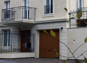 輸入住宅/住宅施工事例/木製の玄関ドアとあわせた木製のガレージドア