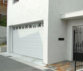 輸入住宅/住宅施工事例/天井にガレージドアが格納されるオーバースライダードア。