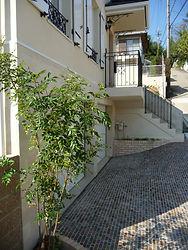 輸入住宅/住宅施工事例/雨天時のスリップを抑えた、建物の品格を上げるアプローチに施されたモザイクの石張り。