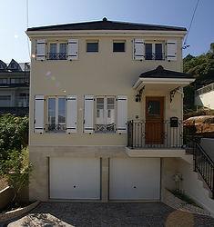 輸入住宅/住宅施工事例/フランスの窓、雨戸。ガレージの周りはモザイクの石貼り