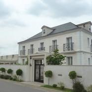住宅施工例。フランスの伝統的なシンメトリーのファサード。