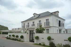 輸入住宅/住宅施工事例/フランスの伝統的なシンメトリーのファサード。色褪せる事のない大理石貼りの邸宅。